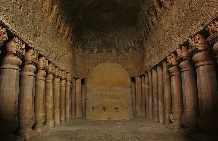 Внутри пещер Канхери