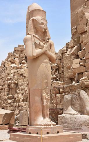 Статуи Рамзеса II и Нефертари