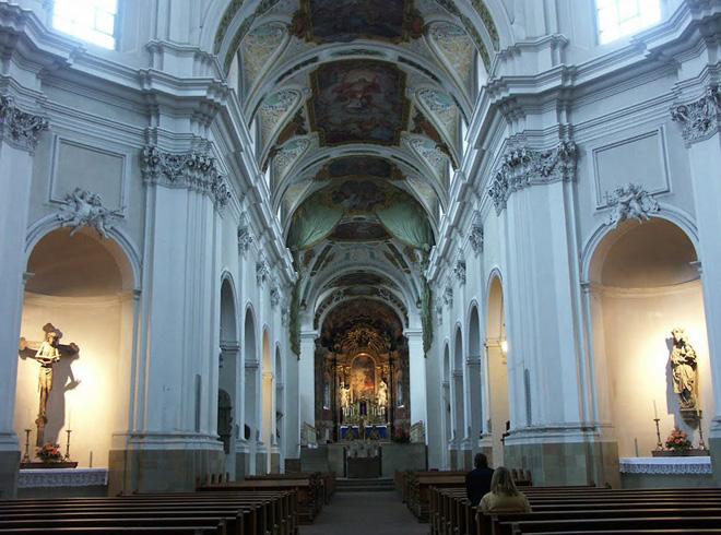 Внутри базилики Ноймюнстер