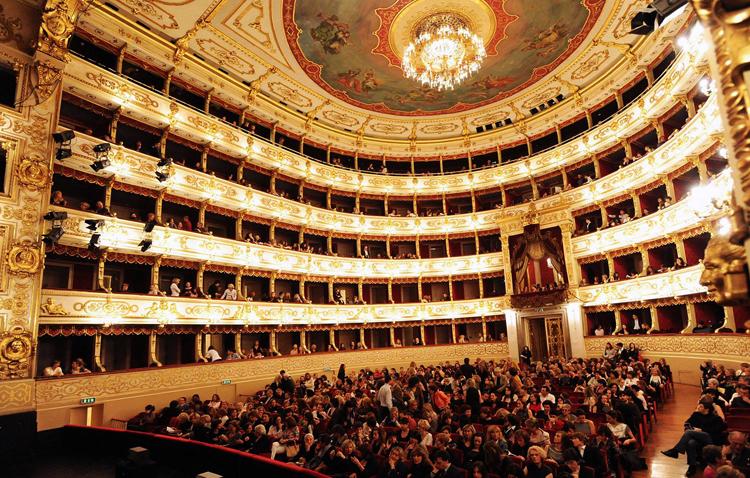 Внутри театра Реджо