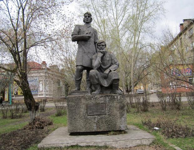 Памятник режевским умельцам-основателям завода