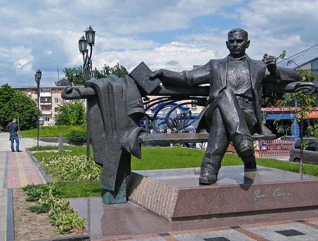 Памятник Уласу Самчуку