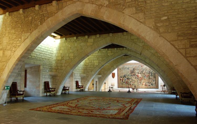 Внутри дворца Альмудайна