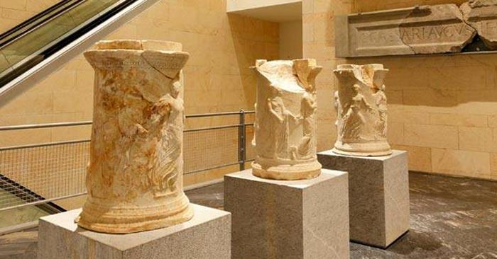 Внутри музея римского театра