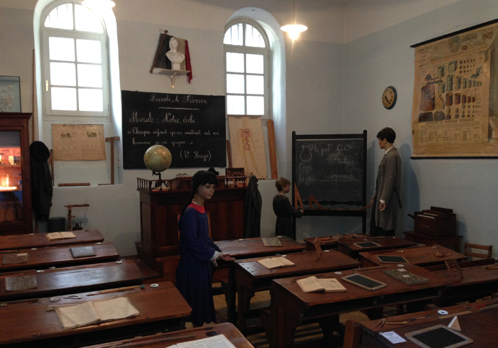 Внутри музея школы