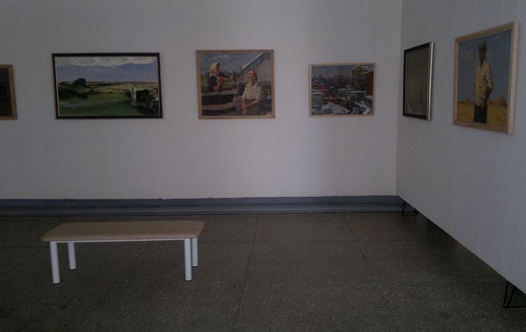 Внутри картинной галереи