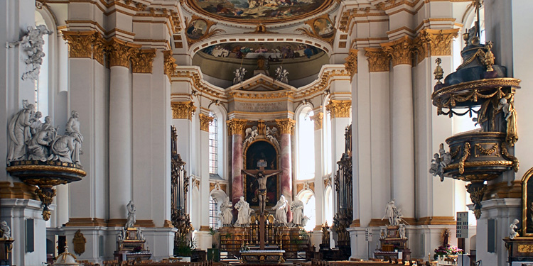 Внутри аббатства