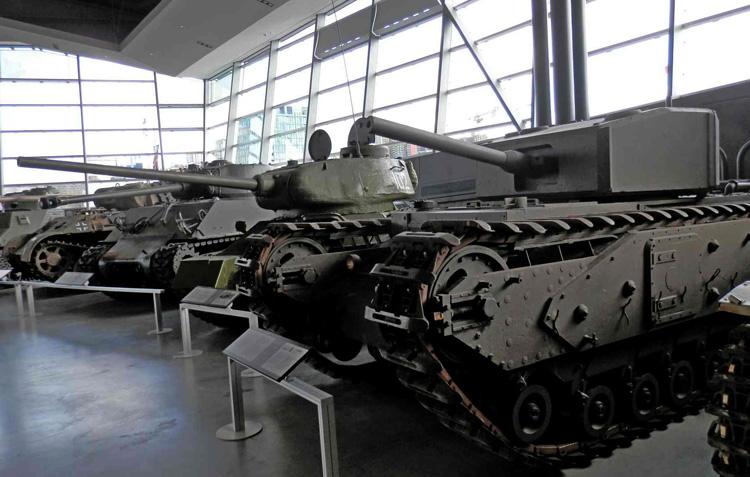 Внутри военного музея
