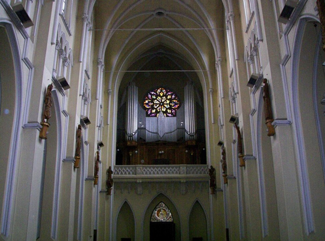 Внутри базилики Святого Семейства
