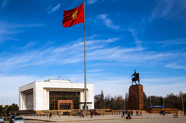 Флагшток на площади Ала-Тоо