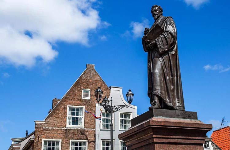 Памятник юристу Гуго Гроцию