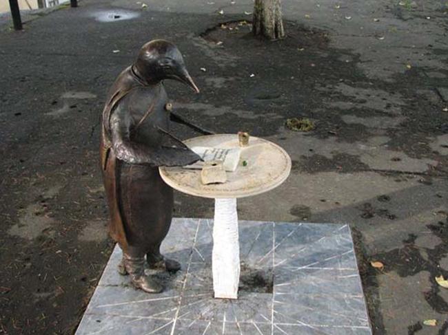 Памятник Пингвин-философ