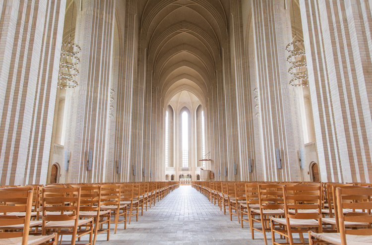 Внутри церкви Грундтвига