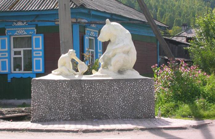 Памятник медведю и обезьяне