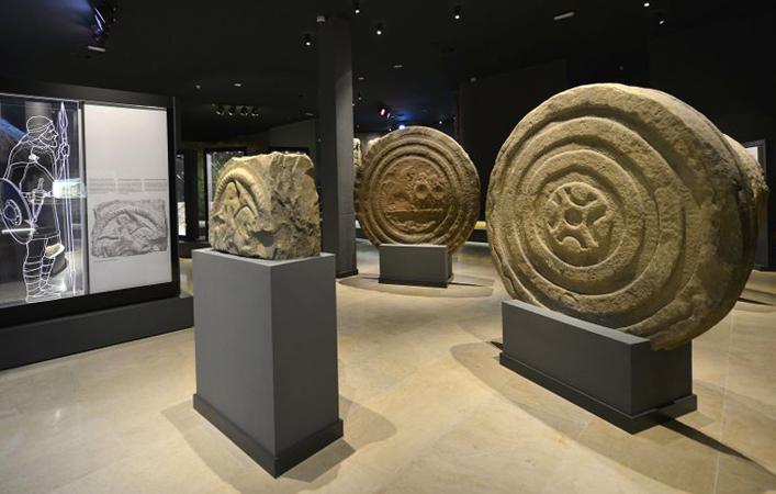 Внутри музея археологии