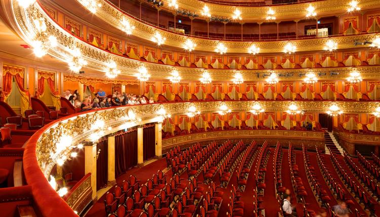 Внутри театра Колон