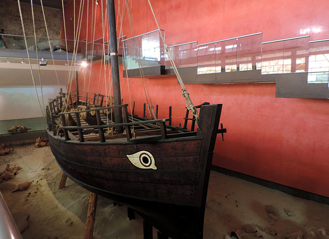 Внутри музея моря