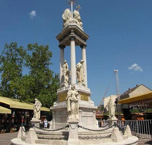 Монумент Святой Троицы на площади Сечени