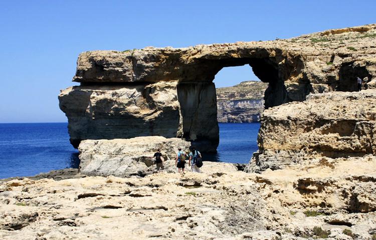 Арка в скале «Окно Азурра»