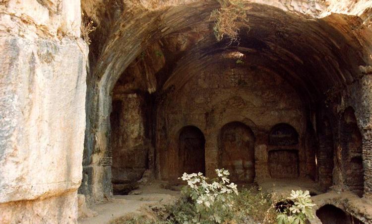 Внутри пещеры семи спящих отроков