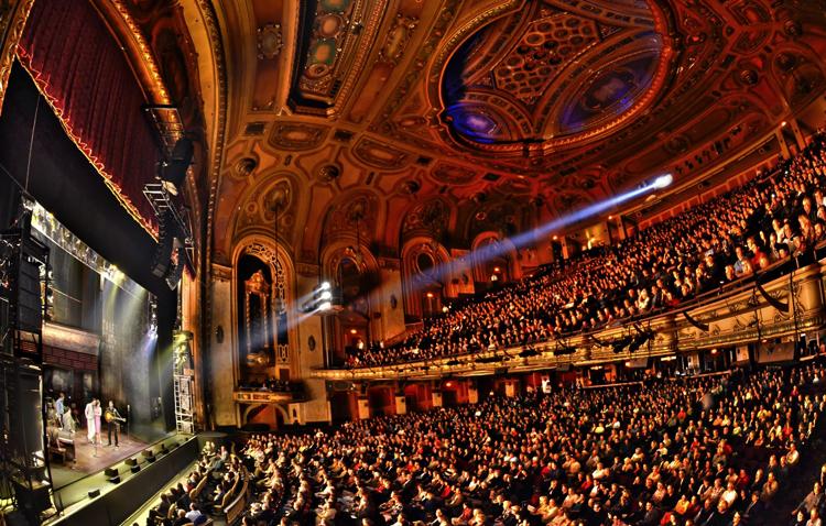 Внутри театрального центра