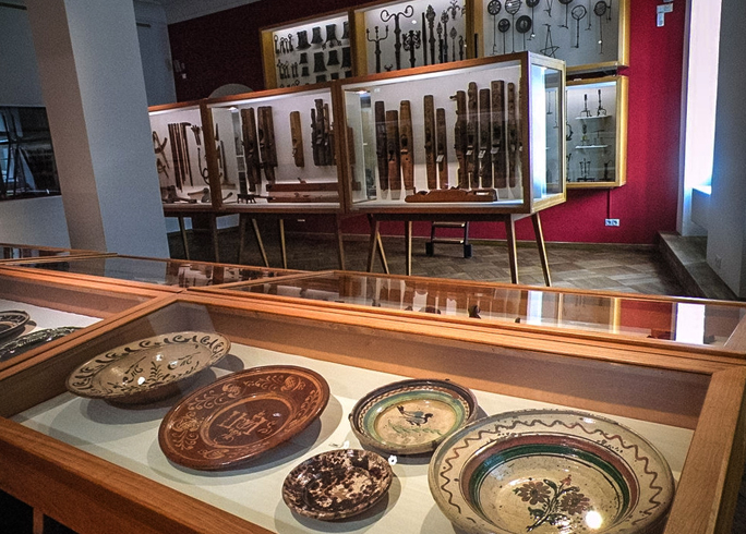 Внутри музея тирольского народного творчества