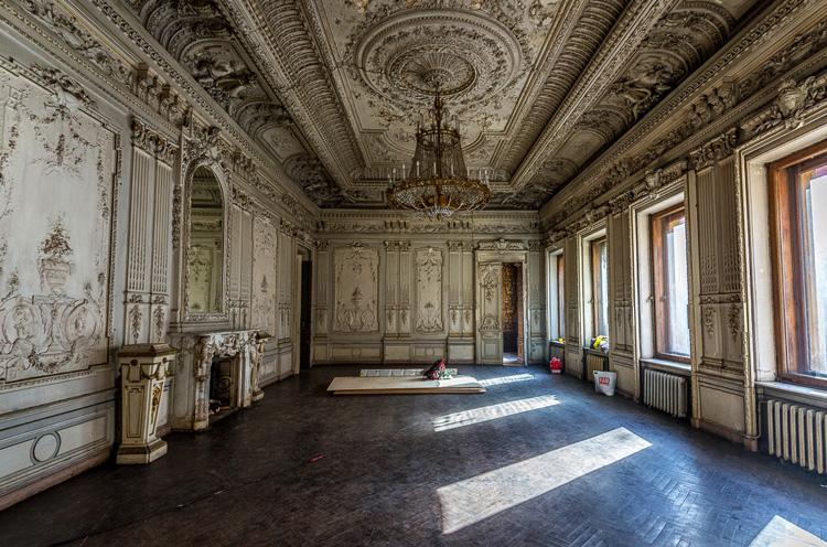 Внутри особняка Брусницыных