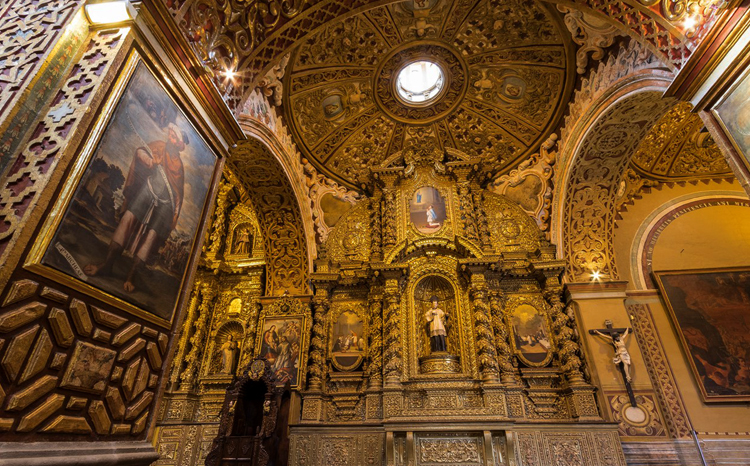 Внутри церкви Ла Компанья