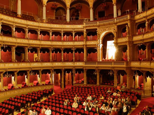 Внутри оперного театра