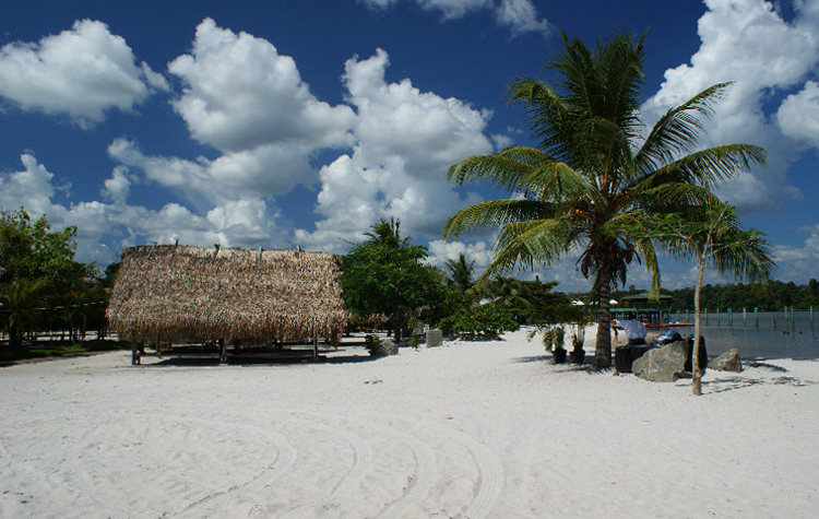 Белый пляж на реке Суринам