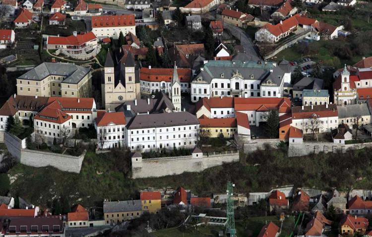 Монастыри и сады у подножия замковой горы
