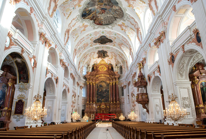 Внутри собора Иезуитов