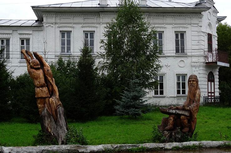 Скульптуры из стволов деревьев