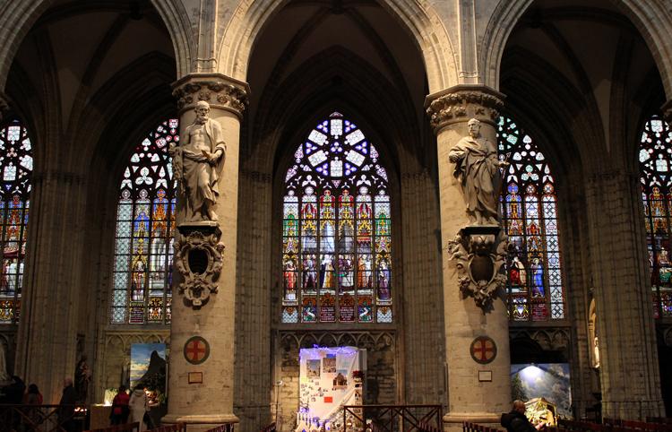 Внутри собора Святых МихаилаиГудулы