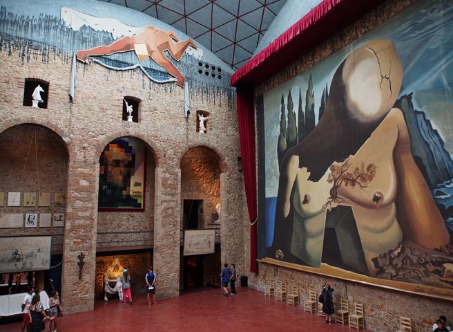 Внутри театра-музея Сальвадора Дали